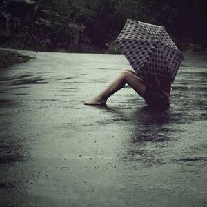 Фото девушка сидит на асфальте с зонтом