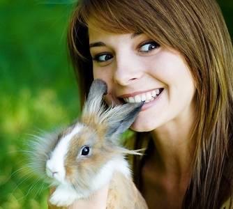 Фото девушка кусает кролика за ухо