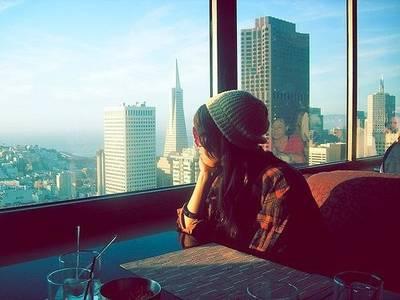 Фото девушка смотрит в окно (© Louise Leydner), добавлено: 25.10.2010 00:34