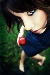Фото девушка с яблоком (© Louise Leydner), добавлено: 25.10.2010 00:35