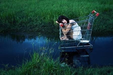 Фото девушка по среди озера