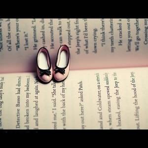 Фото Маленькие розовые туфельки лежат книжном развороте (© Louise Leydner), добавлено: 28.10.2010 14:01