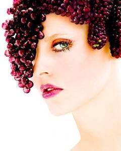 Фото девушка с виноградом на голове (© Louise Leydner), добавлено: 28.10.2010 15:54