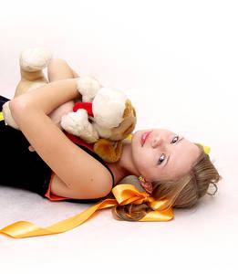 Фото девушка с игрушкой (© Louise Leydner), добавлено: 28.10.2010 18:51