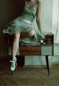 Фото девушка в зеленом платье и кедах (© Louise Leydner), добавлено: 28.10.2010 18:55
