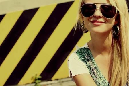 Фото девушка в очках улыбается