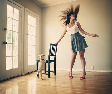 Фото девушка танцует,собака смотрит