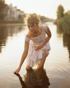 Фото водит рукой по воде (© Louise Leydner), добавлено: 29.10.2010 19:50