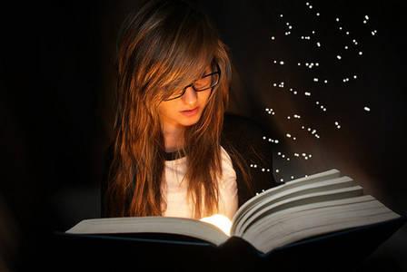 Фото девушка с книжкой