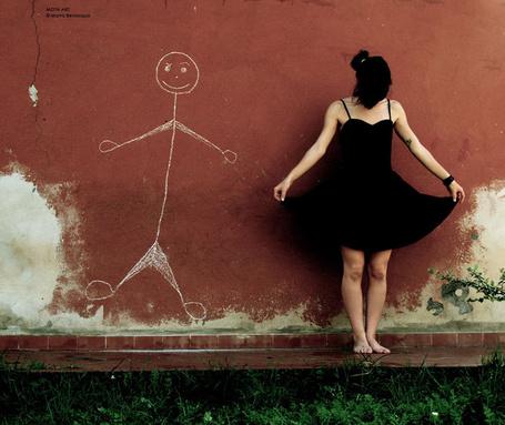 Фото девушка и рисунок (© Louise Leydner), добавлено: 31.10.2010 02:56