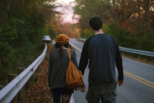 Фото девушка и парень идут по дороге