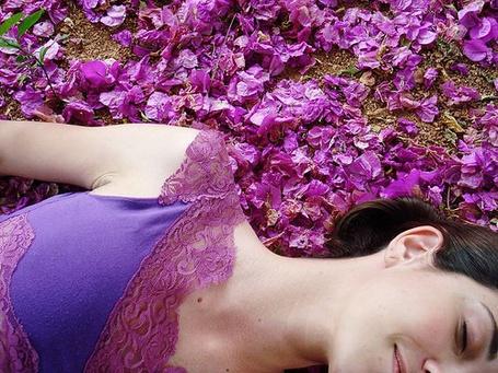 Фото Девушка лежит на цветах (© Юки-тян), добавлено: 02.11.2010 09:46