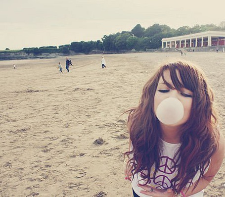 Фото Девушка надула пузырь из жвачки