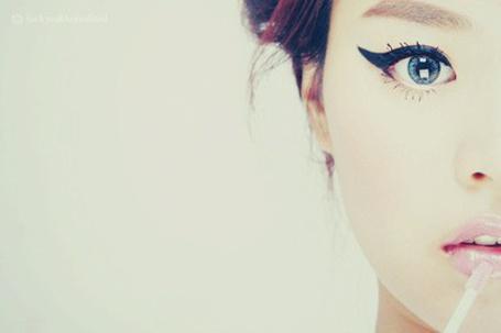 Фото Девушка красится блеском (© Юки-тян), добавлено: 16.11.2010 07:49