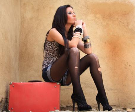 Фото Девушка в порванных колготках