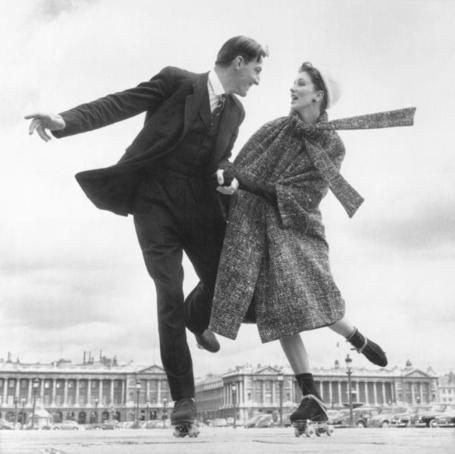 Фото Сьюзи Паркер и Робин Тэттерсолл (костюмы от Диора). Париж, площадь Согласия 1956