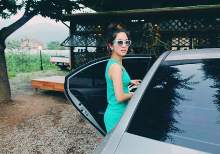 Фото Девушка в очках у машины (© Юки-тян), добавлено: 21.11.2010 11:52