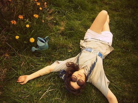 Фото Девушка лежит на траве (© Юки-тян), добавлено: 21.11.2010 13:48