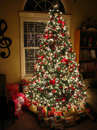Красиво украшенная елка своими руками