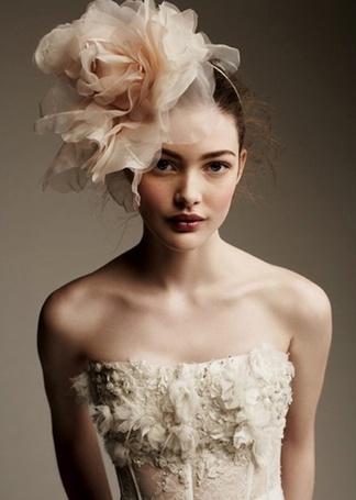 Фото Девушка с большим цветком на голове
