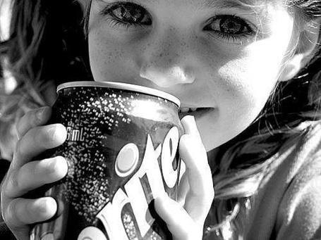 Фото Девочка с банкой sprite