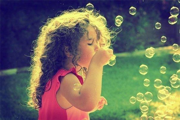 Фото Девочка пускает мыльные пузыри