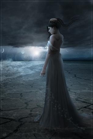 Фото Девушка подняв волосы смотрит на небо