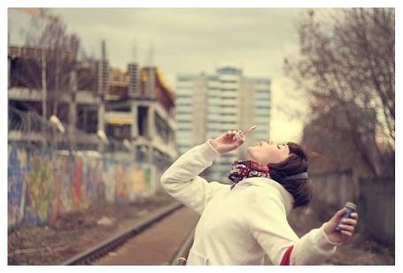 Фото Девушка пускает мыльные пузыри