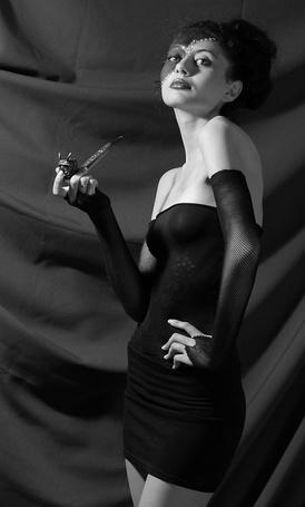 Фото Девушка с курильной трубкой