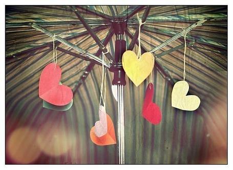 Фото Сердечки из бумаги в зонтике (© Electraa), добавлено: 15.01.2011 13:06