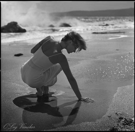 Фото Девушка положила руку на мокрый песок (Oleg Vanilar)