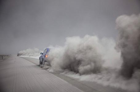 Фото пыльный след от проезжающей машины