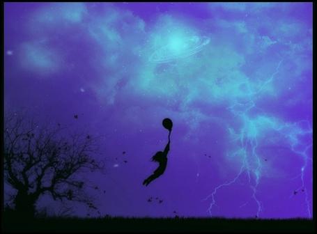 Фото сильный порыв ветра уносит девушку вдаль