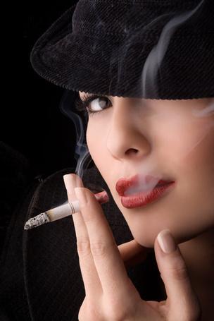 Фото Девушка курит