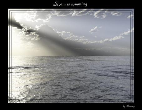 Фото Солнечные лучи проглядывают из-за облаков (Storm is comming)