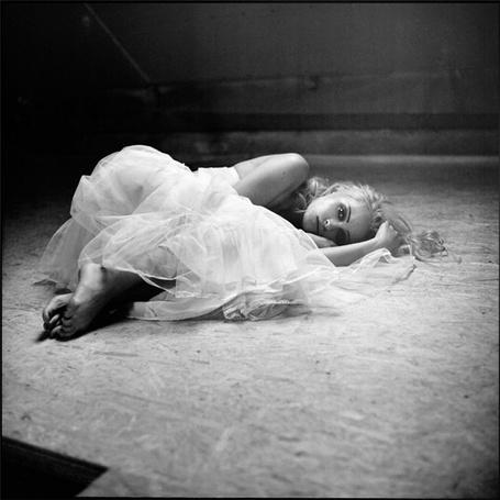 Фото Девушка в белом платье лежит на полу (© Штушка), добавлено: 15.02.2011 19:12