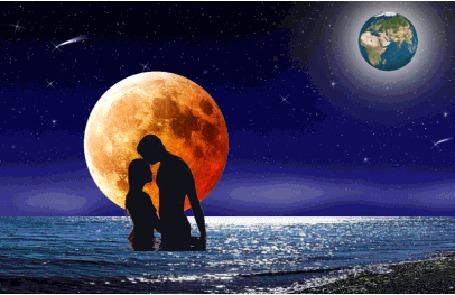 Фото Влюблённая пара в в море  на фоне планет в ночном небе...(не знаю, что это за жёлтый шар,может солнце, добавьте пож-та по усматрению )