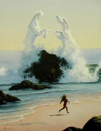 Фото маленькая девочка гуляет по пляжу смотря на дерущихся коней из воды