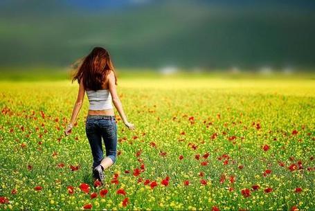 Фото Девушка гуляет в поле на котором растут маки