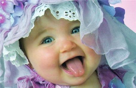 Фото Маленькая красавица показывает язык
