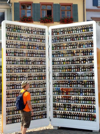 Фото Вот это выбор !!! Мужчина перед витриной с пивом...