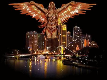 Фото Девушка - ангел со сверкающими крыльями распахнула их над залитым огнями городом...