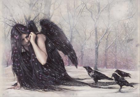 Фото Девушка - чёрный ангел в страхе отворачивается от стаи ворон...