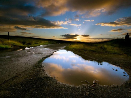 Фото Время заката солнца... Заброшенная дорога в поле...Лужа ,в которой отображаются проплывающие облака... (© Volkodavsha), добавлено: 25.02.2011 00:47