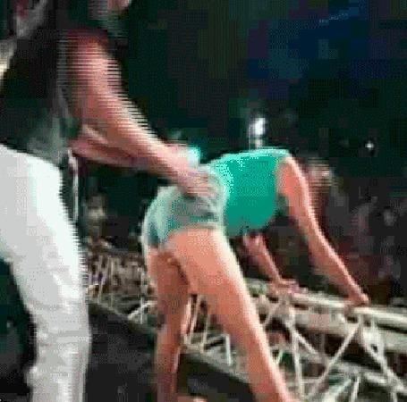 Фото Так толкнул девушку, что та улетела со сцены