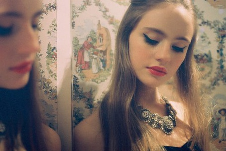 Фото Девушка любуется перед зеркалом (© Штушка), добавлено: 27.02.2011 21:35