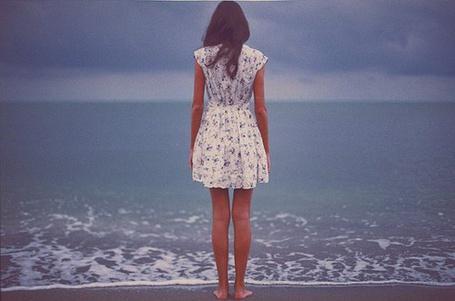 Фото Девушка грустно смотрит на море