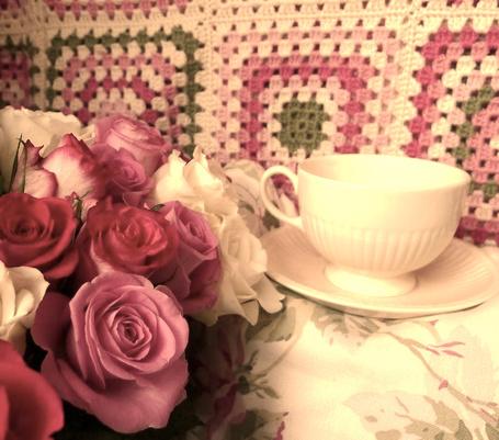 Фото Вязаный ковёр, розы и чашечка на блюдце (© TARAKLIA), добавлено: 28.02.2011 15:57