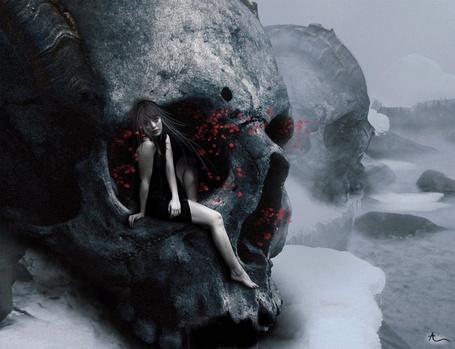 Фото Девушка сидит в черепе