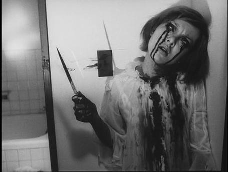 Фото Девушка в псих больнице вся в крови и с ножём
